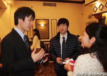 新年会の参加者と交流する佐賀県海外使節団6期生の吉永秀和さん(左端)