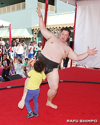 飛び入り参加者が土俵に上がり、元全米横綱を倒す男の子