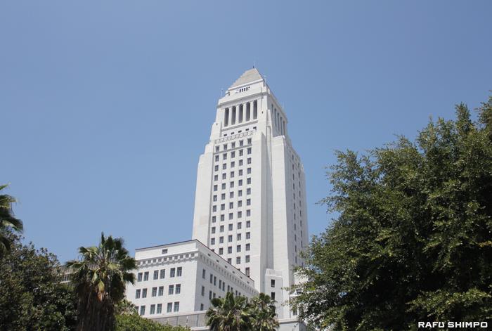 LA市の人口が昨年初めて400万人に達した。写真はダウンタウンにあるLA市庁舎