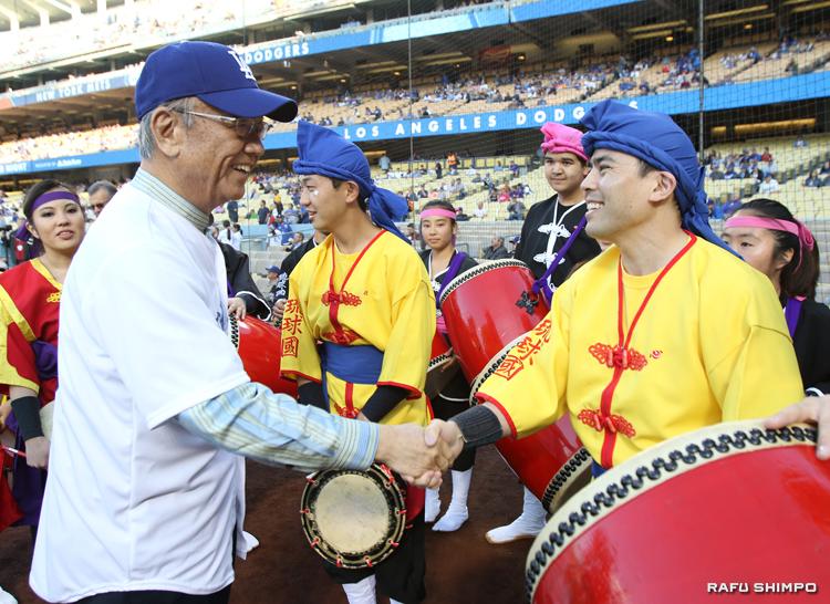 「琉球國祭り太鼓」の若いメンバーを激励する翁長知事(左)