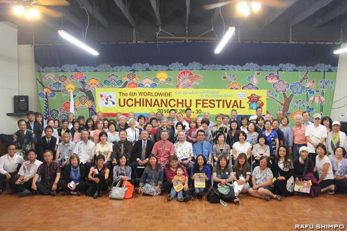 県人会のメンバーら説明会の参加者全員で記念撮影