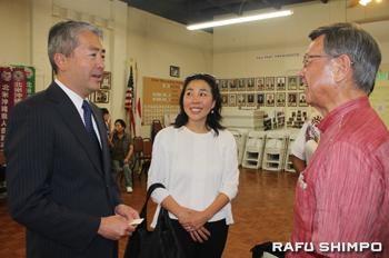 沖縄生まれの日系人で11月の下院議員選挙に第66区から再度立候補するアル・ムラツチ前カリフォルニア州下院議員(左から)、博子夫人と談笑する翁長知事