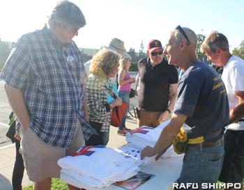 集会の会場前でクリントン陣営のロゴがプリントされたTシャツを販売する支援者たち