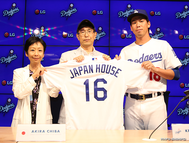前田健太投手(右)から贈られたユニホームを披露する千葉明総領事(中央)と海部優子館長(左)