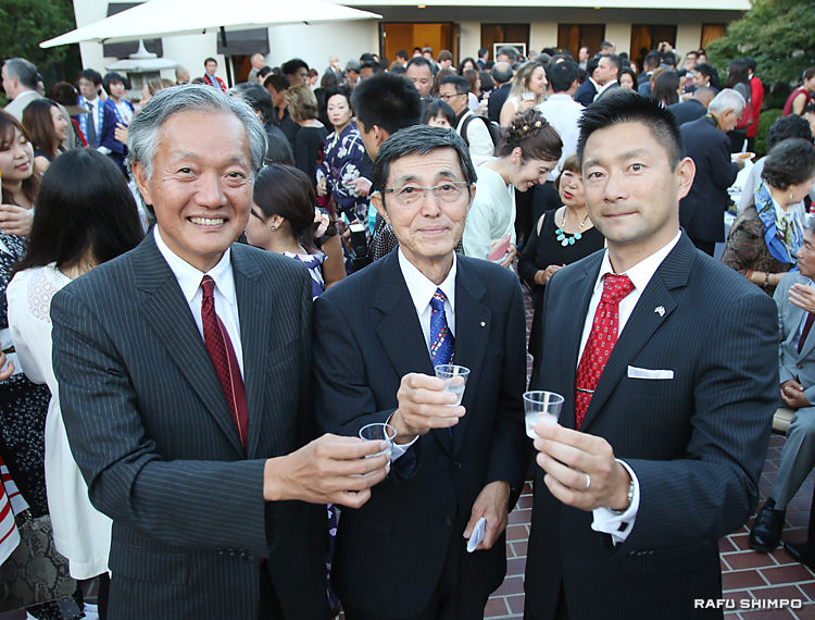 「佐賀の夕べ」で大和酒造の酒で乾杯する(左から)堀之内総領事、北島・大和酒造社長、飯盛・佐賀県人会会長
