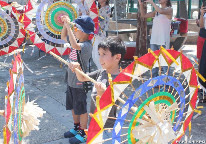色鮮やかな傘をもって傘踊りを楽しむ子どもたち
