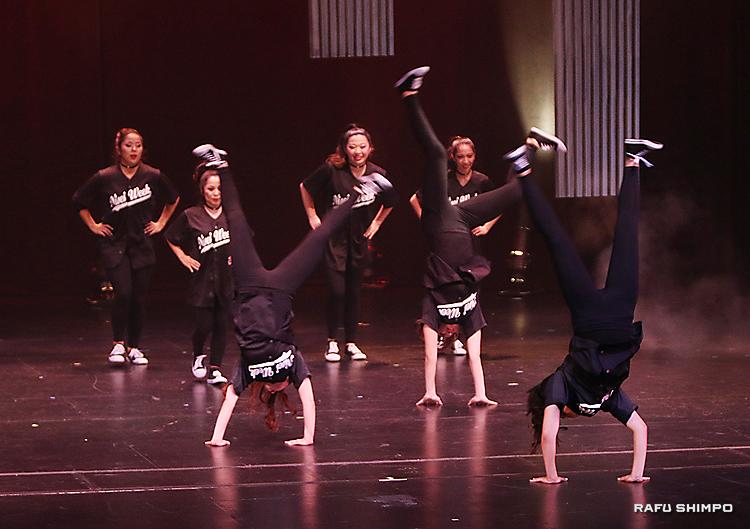軽快な音楽に乗り、ダンスを踊る7人。側転も披露した