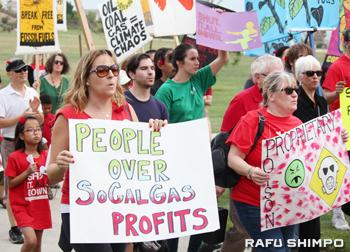 抗議集会に集まった施設周辺の住民や環境活動家ら