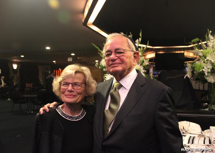 杉原ビザの生存者レオ・メラメド氏(右)とベティ夫人