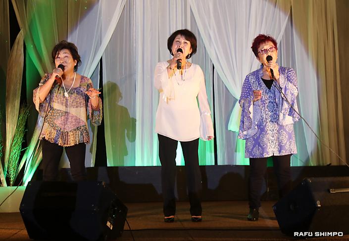「春よ、来い」のハーモニー。左から井上みどりさん、前本紀子さん、筋師美智恵さん