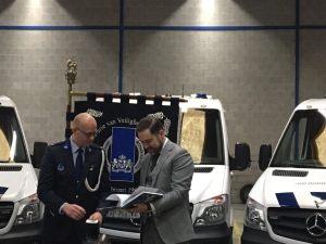 Staatssecretaris Klaas Dijkhoff bladert even samen met auteur Ralph Stoové door het boek In een rechte lijn tijdens de overhandiging