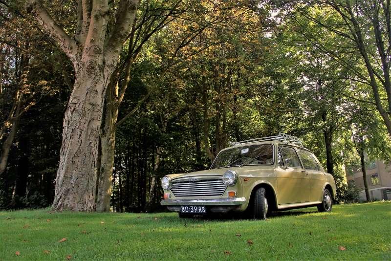 Afbeelding van de groene Morris 1100 Glider uit 1971 bij autobedrijf Massop voor de rubriek Komt een auto bij de dokter in Klassiek en Techniek door Ralph Stoove