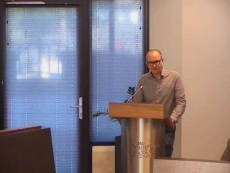 Afbeelding uit video van het inspreken door Ralph Stoove tijdens de gemeenteraadsvergadering ter ondersteuning van de motie voor meer openbare toiletten