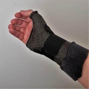 pols en duim spalk gemaakt bij ergotherapie bij ziekte van bechterew