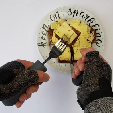 Boterham met kaas snijden met hoekmes en vork met handvat verdikker vanwege spalken