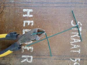 stap 5 van stoofs moestuin steuntjes is het haaks ombuigen van de onderste twee overdwarse stukjes voor het stevige grondankertje
