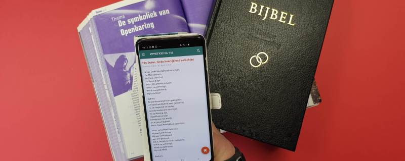 bannerfoto van bijbels en de app voor liederen met songteksten van opwekking