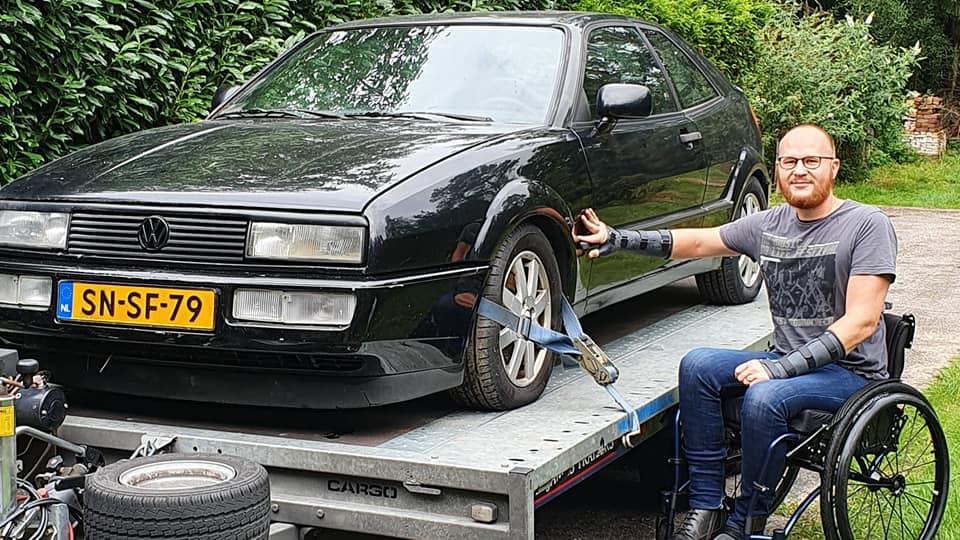 VW Corrado G60 op trailer tijdens afscheid na twintig jaar door Ralph Stoove in rolstoel