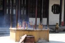 Les bâtons d'encens parfument l'air