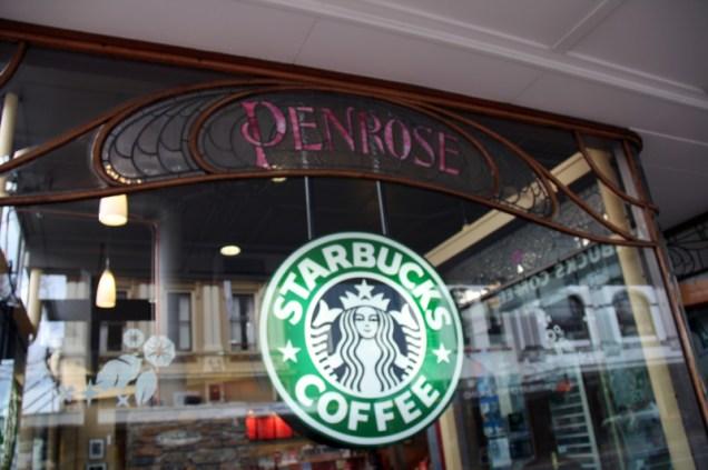 Vitrine du Starbucks, avec l'ancienne déco art nouveau du Penrose