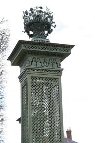 Vase surplombant les colonnes de treille du Pavillon frais