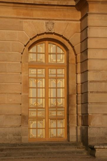 Porte-fenêtre aux volets fermés, château de Versailles