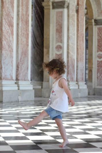 Jeu sur le dallage en marbres du péristyle du Grand Trianon