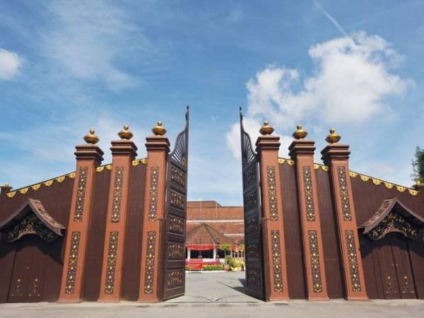 Istana Balai Besar yang terletak di Kota Bharu ini adalah sebuah bangunan lama yang dibina pada tahun 1840 oleh Sultan Muhammad II.