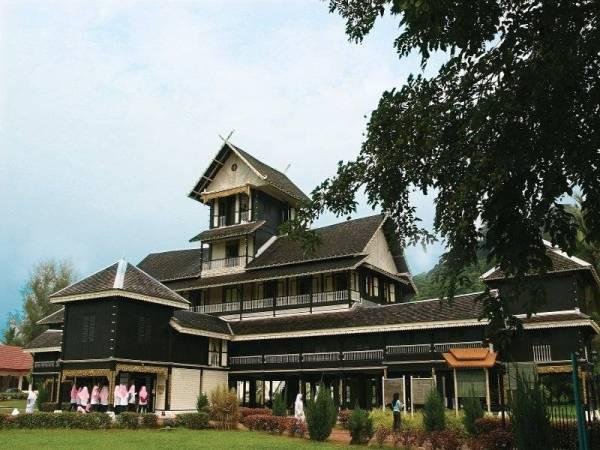 Peninggalan banguanan sejarah Istana Seri Menanti di Kuala Pilah ini dibina pada 1902 dan mempunyai ciri-seni bina Minangkabau.