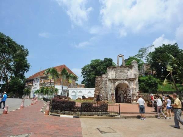 Kota A Famosa dibina pada tahun 1511 dan mercu sejarah tanda paling popular di Melaka. Ia didirikan oleh penjajah Portugis sebagai kubu pertahanan mereka di Melaka.