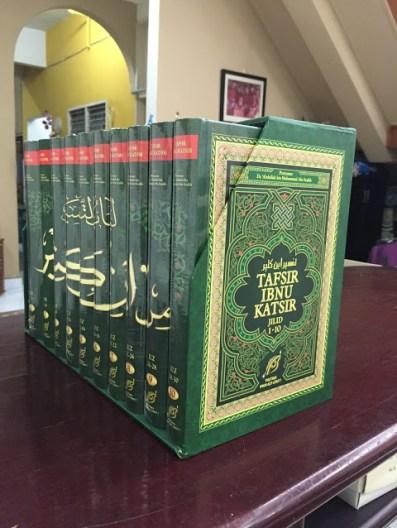Sebuah kita al-Quran yang mengandungi terjemahan dan tafsiran