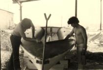 1975 מכינים סירה להפלגה
