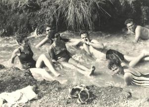 טיול לגדה המערבית 1967: גורי, אורי אוסרי, רותי דינר, ציונה כהן, עדנה לידר וליאורה וולנר