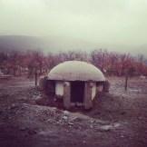 Solche Art von Bunker hat der frühere Diktator zu hunderttausenden im Land errichten lassen.
