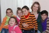 Rahel mit den Mädels einer Gruppe, die jeden Mittwoch von Stefie betreut werden.