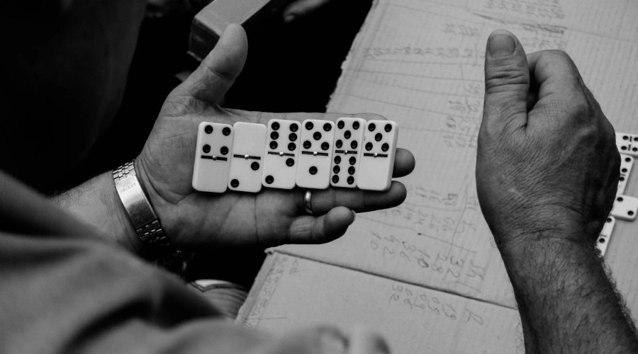 Ein Raum zum Domino spielen (Video)