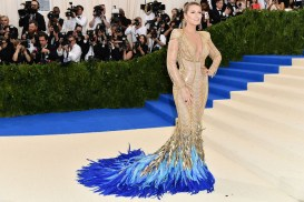 Blake Lively wears a gold dress by Atelier Versace an elaborate train comprised of blue feathers. Ini yang paling oke