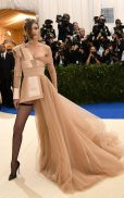 Gigi Hadid looked fiercely on-themein a caramel-hued gown by Tommy Hilfiger.