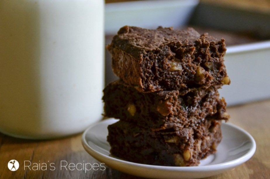 These rich, Fudgy Dark Chocolate Banana Walnut Brownies are sure to make the brownie-lovers happy. They're free from gluten, dairy, eggs, and refined sugar, but full of chocolatey goodness! RaiasRecipes.com