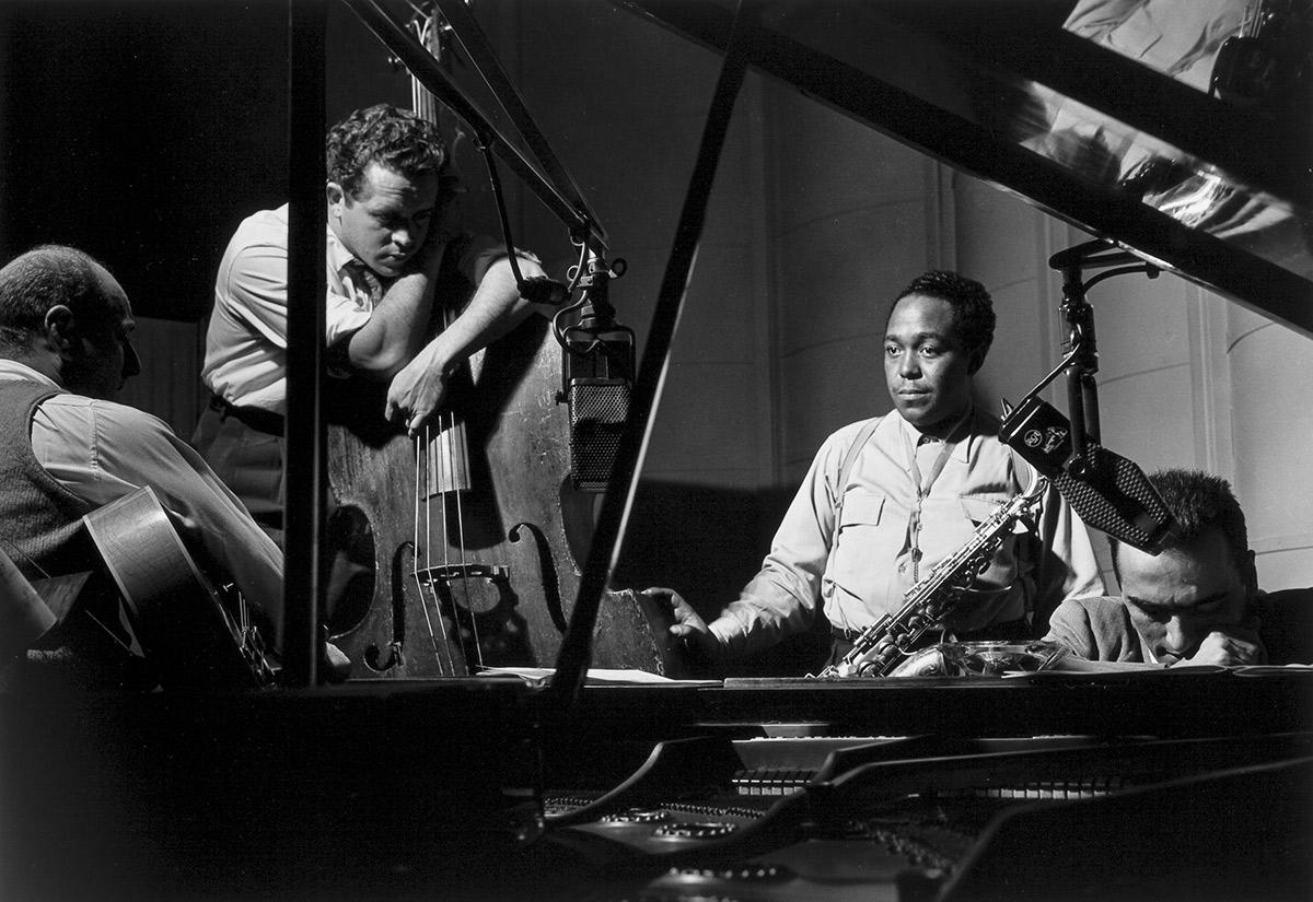 Billy Bauer, Charlie Parker, Eddie Safrans y Lennie Tristan, Nueva York, 1949. Foto: Herman Leonard