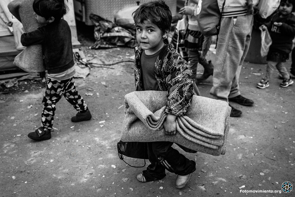 Foto: Mònica Parra / Fotomovimiento. De la serie: Idomeni (Grecia) y Gevgelija (Macedonia) son de un tono gris casi negro.