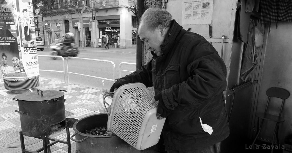 Don Luis preparando castañas.