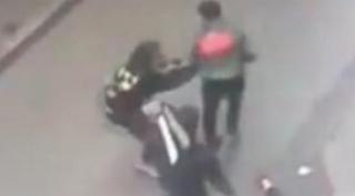 صورة عناصر فرقة الشرطة القضائية بمنطقة أمن بني مكادة بطنجة، تتمكن من توقيف شخص متورط في قضية تتعلق بالسرقة تحت التهديد بالسلاح الأبيض