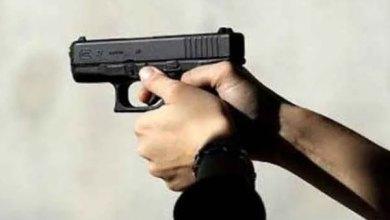 صورة شرطي يستخدم سلاحه الوظيفي لتوقيف شخصين عرضا أمن الاشخاص للخطر بطنجة