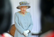 صورة ملكة بريطانيا إليزابيث الثانية تحتفل بعيد ميلادها الـ95 بعد شهرين من وفاة زوجها..