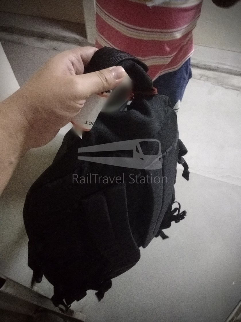 Singapore Airlines SQ861 Baggage Torn Fix 008