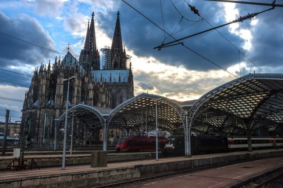 Cologne-cathedral-and-train-station-1
