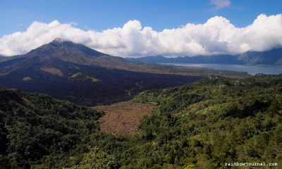 An awesome view of Mount and Lake Batur as we have our lunch.