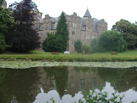 Wunderschöne Spiegelung im breiten Schlossgraben