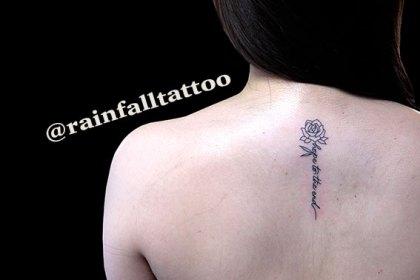 タトゥー 女性 薔薇 文字